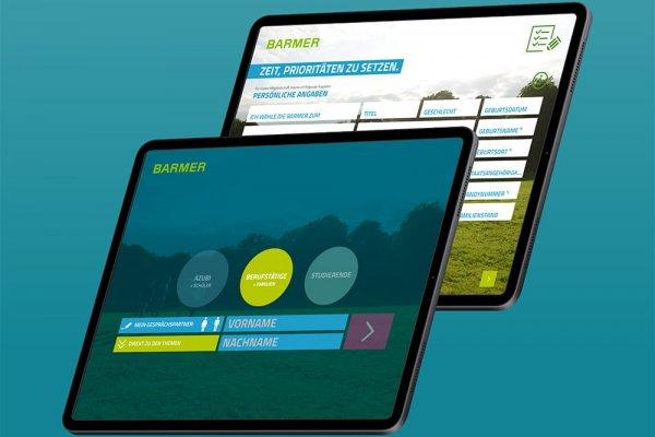 2 iPad Screenshots der BARMER-App zeigen Anmeldemaske und persönliche Angaben