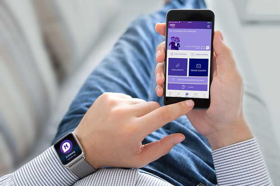 Person nutzt eine Fitnessuhr und die dazugehörige digitale Gesundheitsanwendung