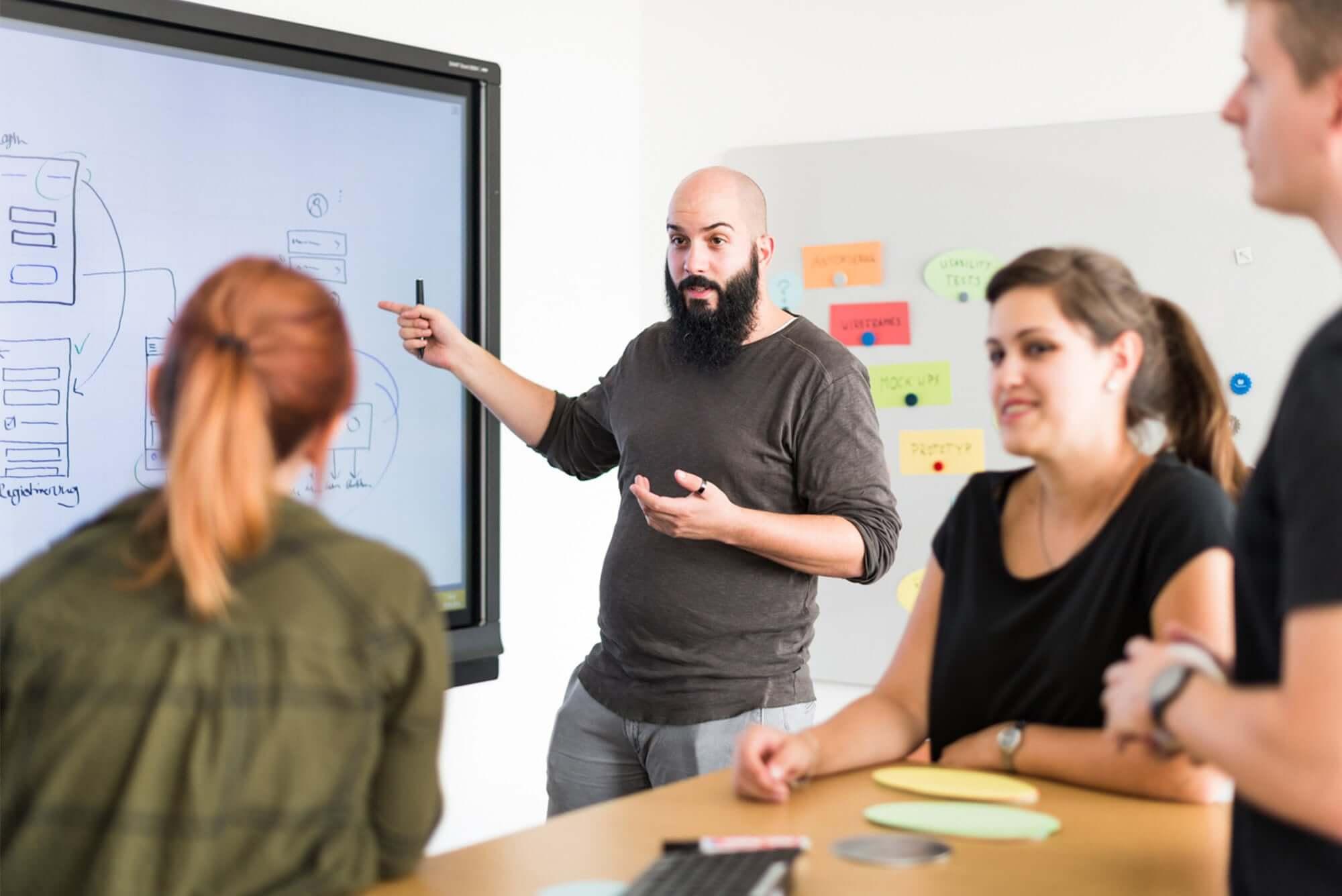 Personen in einem Ideen-Workshop unterhalten sich