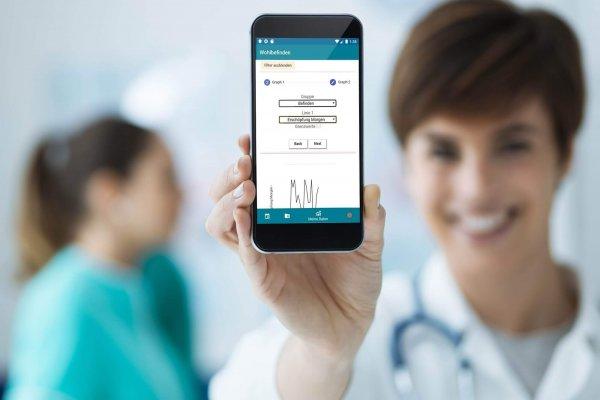Krankenschwester zeigt Therapie-App
