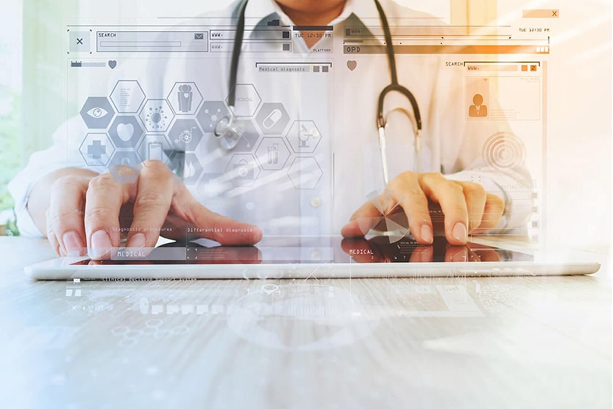Arzt benutz eine digitale Gesundheitsanwendung auf dem iPad