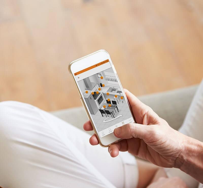 Person hält Smartphone in der Hand, auf der man eine mobile Health-Lösung sieht