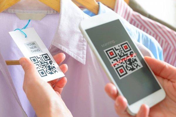 Über das Scannen eines QR-Codes mit dem Handy erhält eine Person Informationen über ein Kleidungsstück