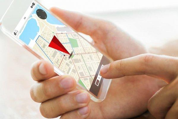 Person nutzt eine Indoor-Navigation auf dem Smartphone