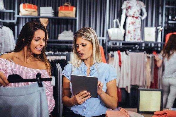 Verkäuferin wird durch ein iPad für die Beratung gerufen