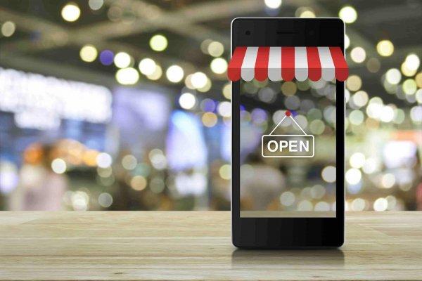 Smartphone mit Markiese und Open-Schild