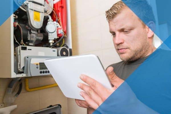 Mann nutzt iPad für Maschinensteuerung im Rahmen des Mobile Workforce Managements