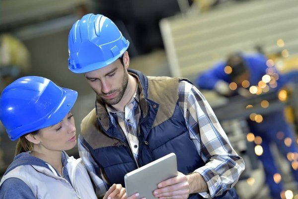 Zwei Personen erhalten Informationen über iPad im Rahmen der mobile Auftragsplanung