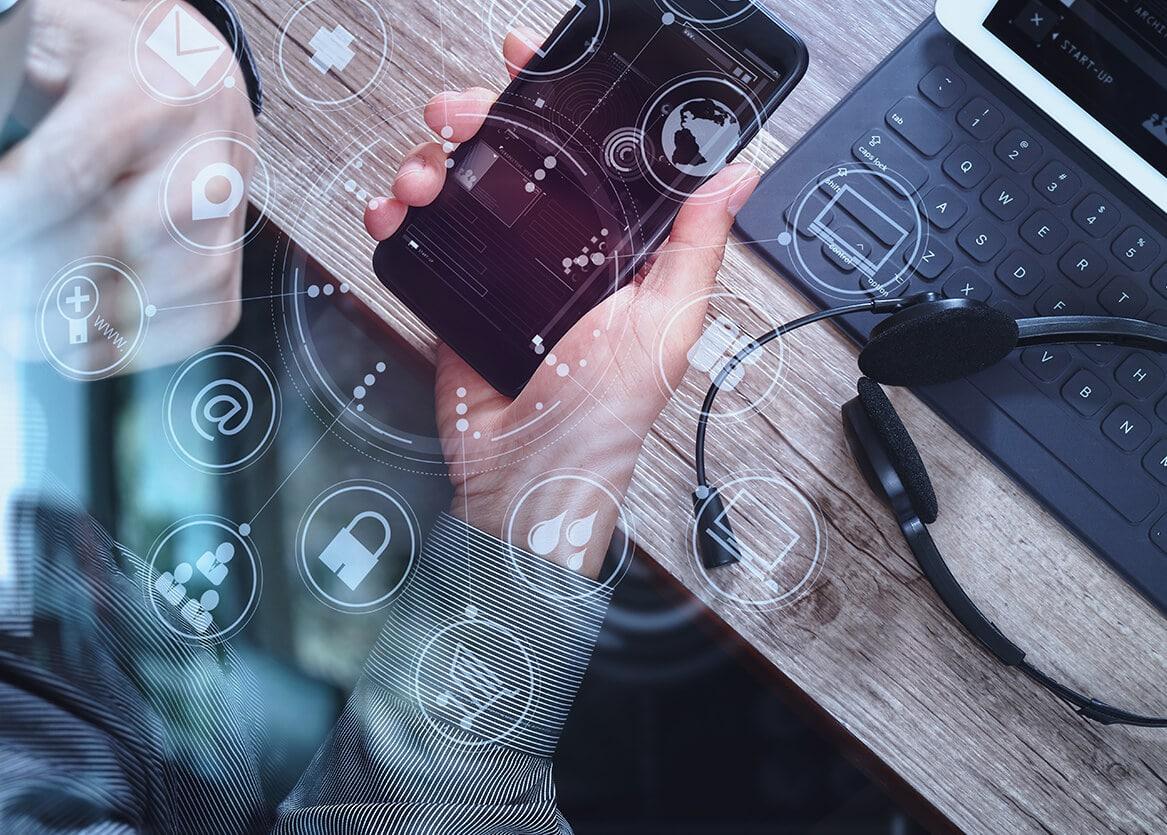 Smartphone, Laptop und Headset fürfür den Mobilen Kundenservice
