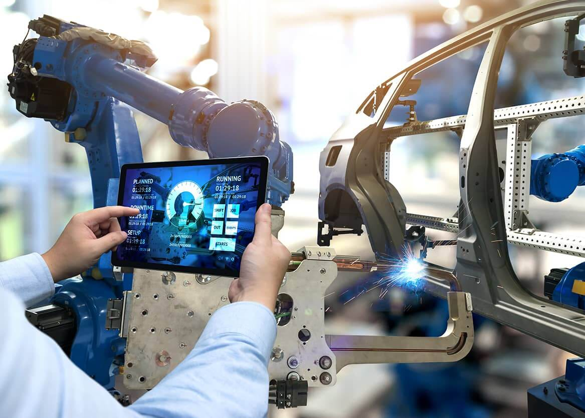 Mann steuert mit iPad Maschine, Mobile Apps in der Produktion